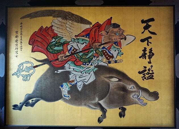 愛宕神社に奉納されたイノシシにまたがる天狗の絵。