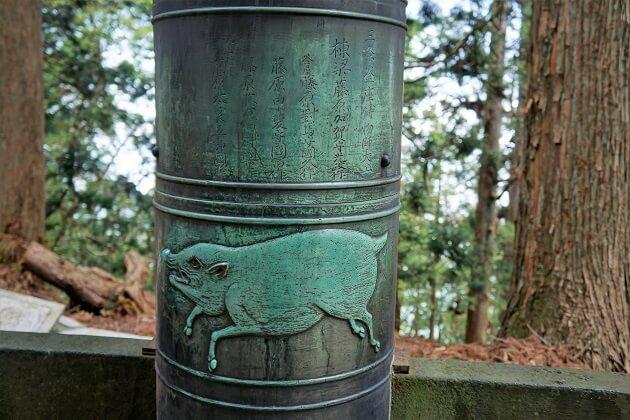 愛宕神社の境内にある猪の彫刻