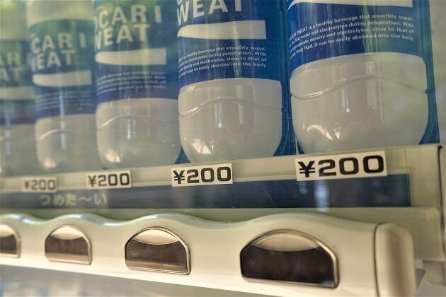 スポーツ飲料を販売する愛宕神社の境内の自販機。