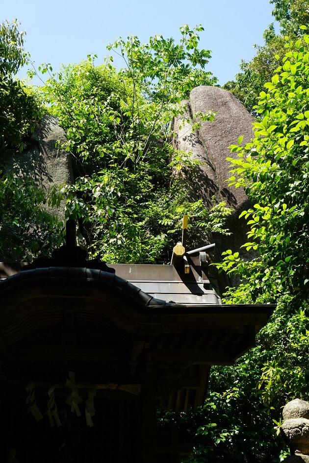 越木岩神社のご神体である越木岩と岩社