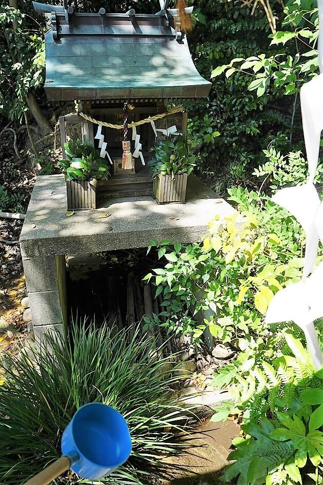 霊水が湧き出る水社と柄杓
