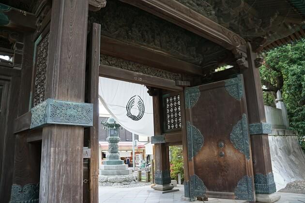 豊川稲荷の見事な総門