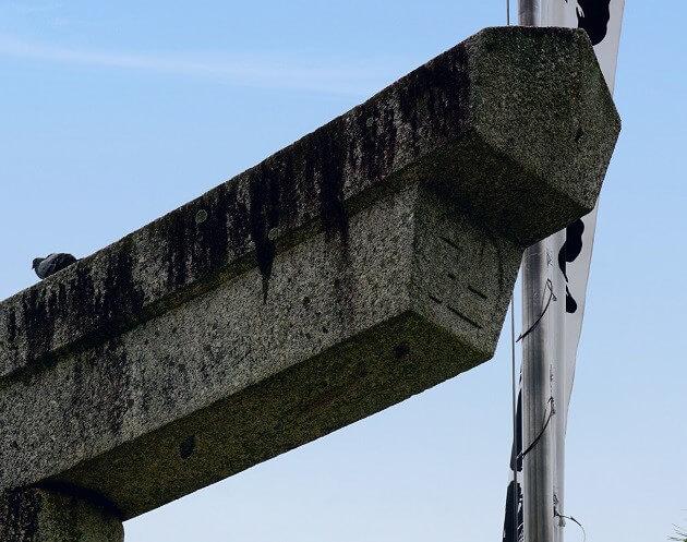 豊川稲荷の鳥居に記される卍の文字