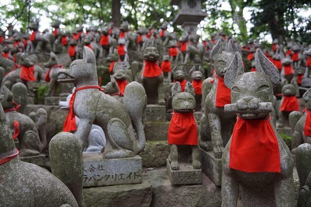 狐の像が並ぶ豊川稲荷の霊狐塚