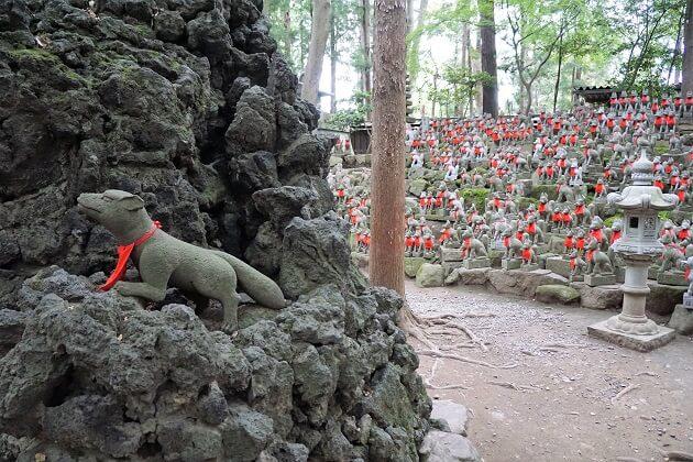 霊狐塚に並ぶ狐の像と富士山から切り出された神聖な溶岩