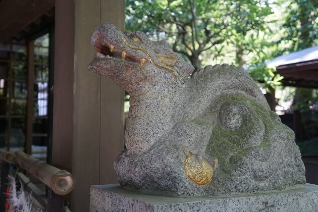 伏見神宝神社の本殿両脇に鎮座する龍の像