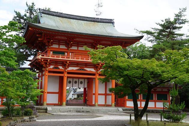 京の風情が漂う今宮神社の楼門