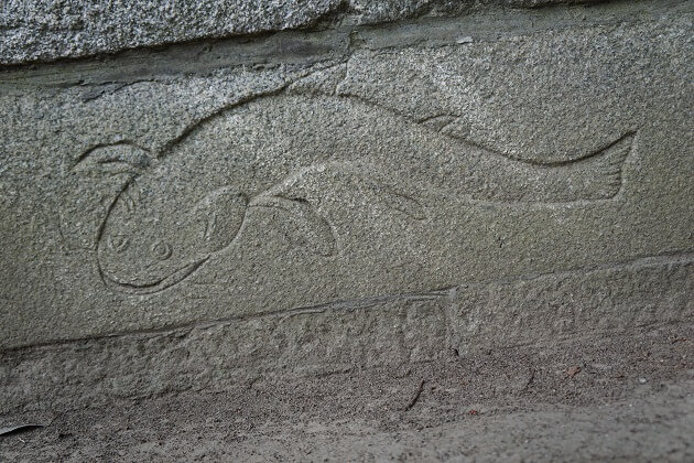 鯰の絵が彫られた宗像社の台石