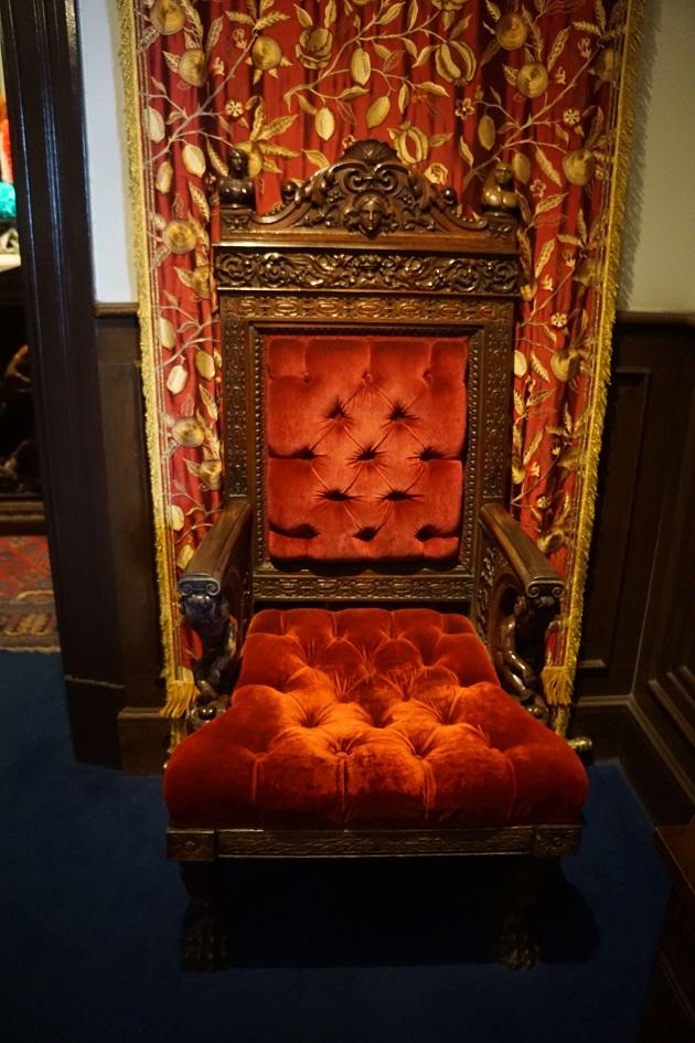 女性用のサターンの椅子