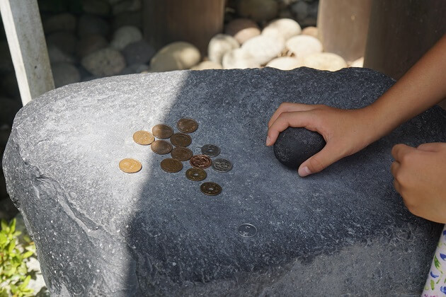 毛谷黒龍神社の願掛け石
