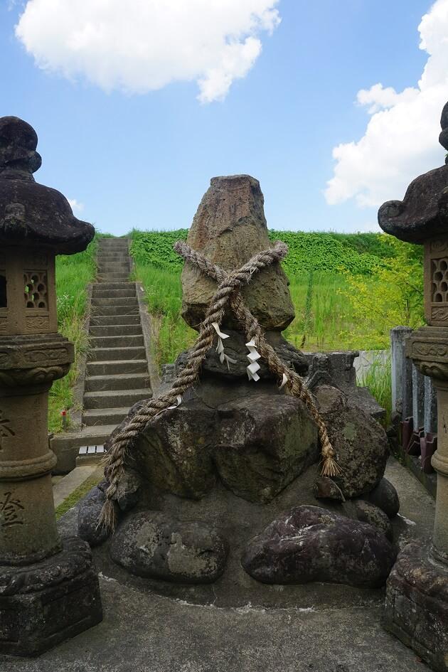 毛谷黒龍神社の元宮にある磐座