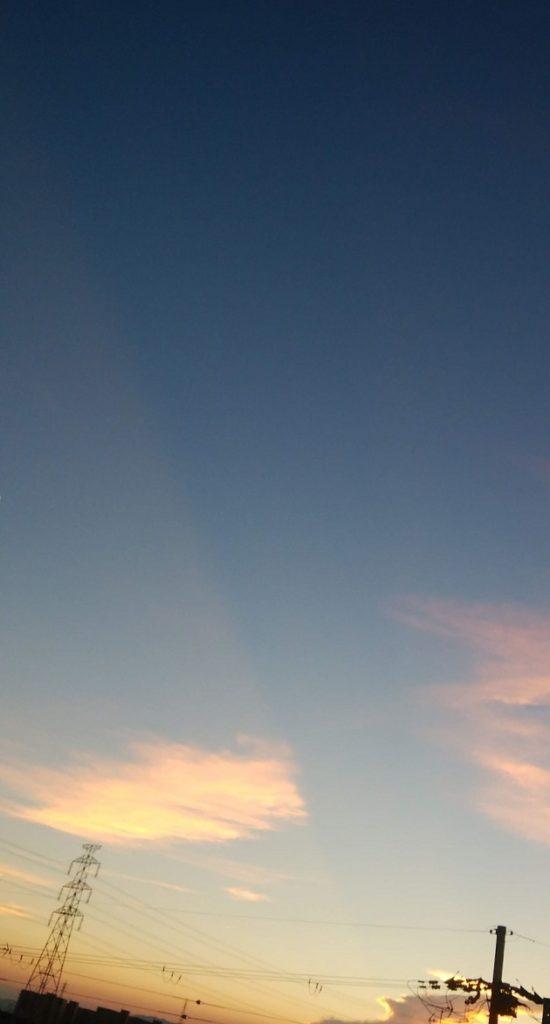 夕焼け空に描く一筋の不思議な線