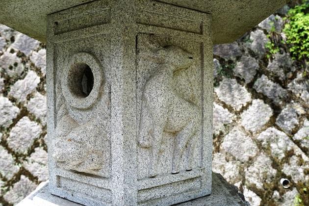 大豊神社の灯籠に刻まれた鹿