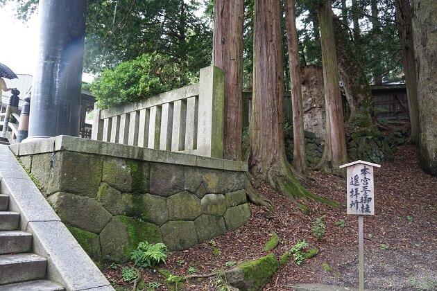 諏訪大社本宮の3の柱がみえるポイント