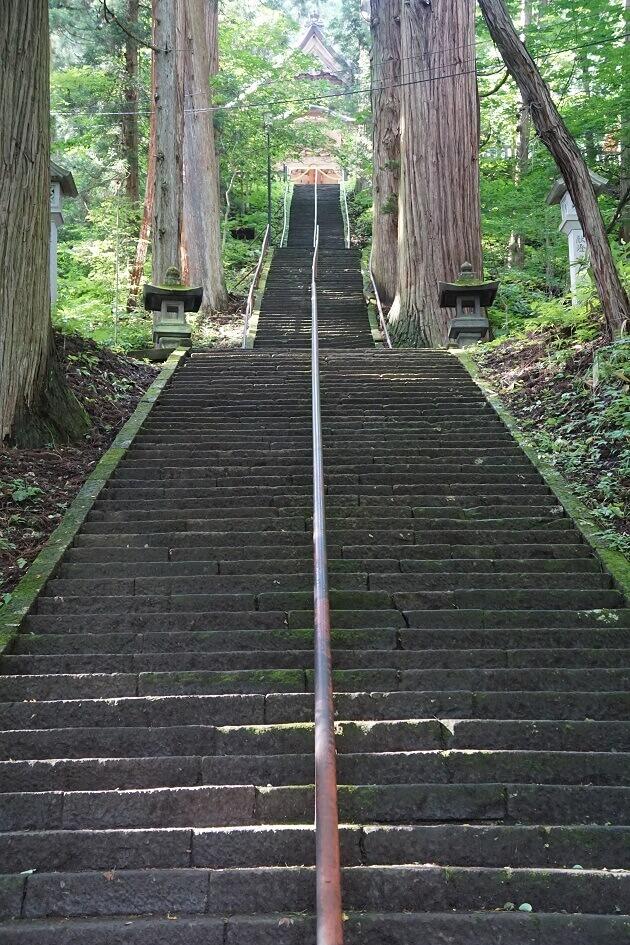宝光社の社殿と参道の階段