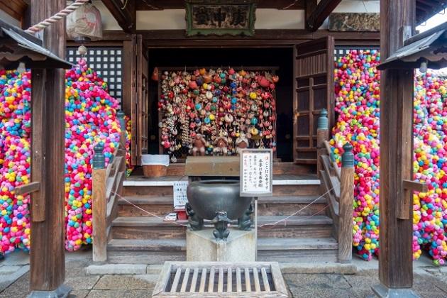 鮮やかなくくり猿が奉納される金剛寺