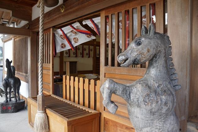 馬にゆかりの深い田中神社の拝殿